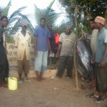 Pescatori di Wesa alla prima pesatura.