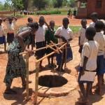 I bambini e le donne si occupano dell'approvvigionamento idrico…