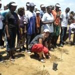 Chiara, cooperante del CAST, pianta una mangrovia.