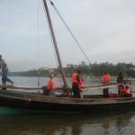 Pescatori di ritorno da una battuta di pesca in alto mare.