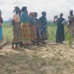 Elisabeth, l'agronoma del progetto, introduce il lavoro da fare al gruppo Funajeza a Mkwaju wa Charo: