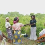 Faith consegna alla presidente del gruppo Ushirika Self Help Group di Kizingo il contributo di CAST.