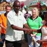 Strumenti di lavoro vengono consegnati ai beneficiari del progetto.